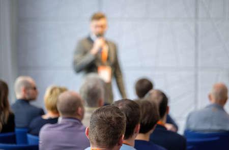 Photo pour Audience listens lecturer at workshop in conference hall - image libre de droit