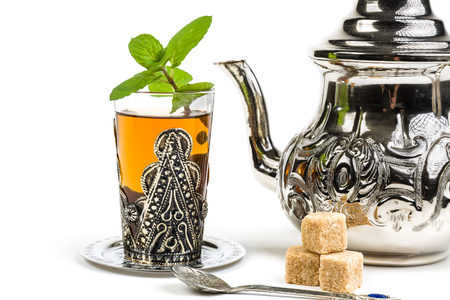 Photo pour Traditional Arabic mint tea on white background - image libre de droit