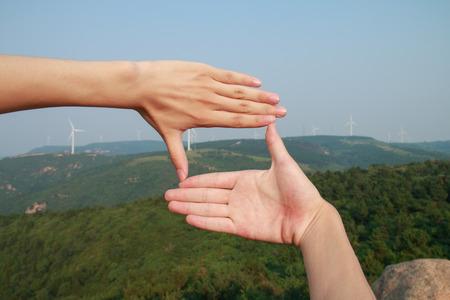 Photo pour Hands framing the mountains - image libre de droit