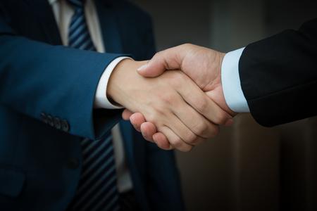 Photo pour business people handshaking - image libre de droit
