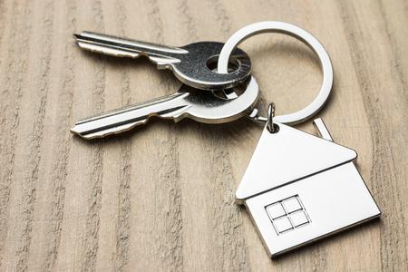 Photo pour house key on wooden table - image libre de droit