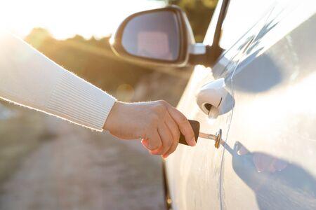 Foto de Woman takes the key to drive the door of the car - Imagen libre de derechos