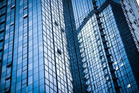 Photo pour Modern glass building reflecting skyscrapers - image libre de droit