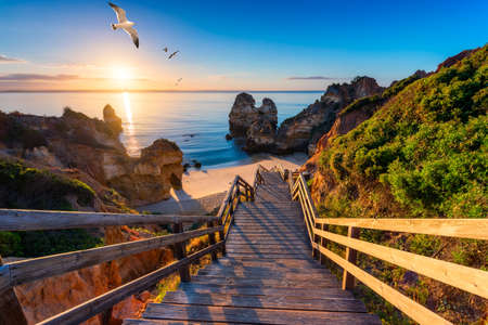 Photo pour Camilo Beach (Praia do Camilo) at Algarve, Portugal with turquoise sea in background. Wooden footbridge to beach Praia do Camilo, Portugal. Wonderful view of Camilo Beach in Lagos, Algarve, Portugal. - image libre de droit