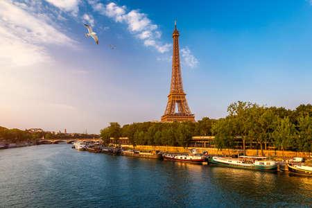 Photo pour Paris Eiffel Tower and river Seine at sunset in Paris, France. Eiffel Tower is one of the most iconic landmarks of Paris. Eiffel tower in summer, Paris, France. The Eiffel Tower in Paris, France. - image libre de droit