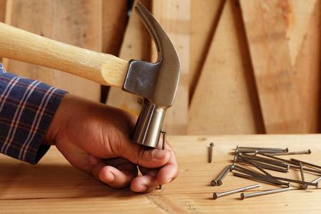 Foto de hammer hitting the finger Do not hit nails - Imagen libre de derechos