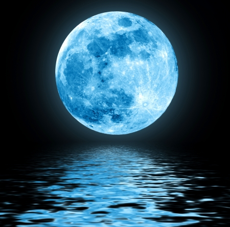 Photo pour Full blue moon over water with reflections - image libre de droit
