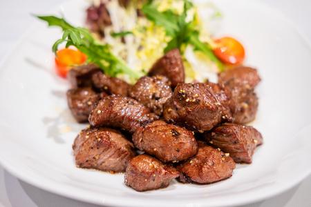 Photo pour Fried sauteed beef tenderlion cubes with black pepper - image libre de droit