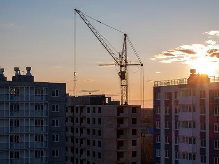 Photo pour Construction crane for the construction of blocks of apartment buildings, new buildings, renovation and modernization, improvement of the urban environment - image libre de droit