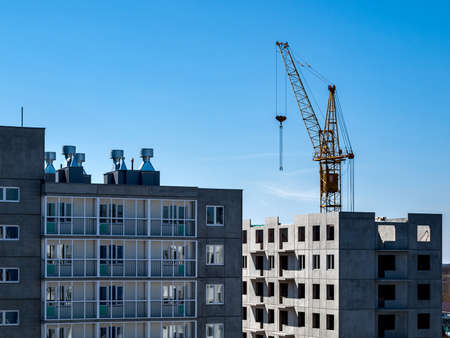 Photo pour Construction crane for lifting and mounting panels, blocks in the construction of residential buildings, high-rises, skyscrapers - image libre de droit