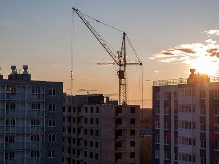Photo pour Construction crane for the construction of blocks of apartment buildings, new buildings, renovation and modernization, improvement of the urban environment, selective focus - image libre de droit