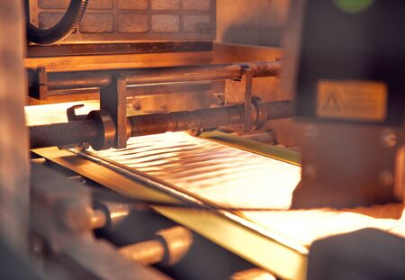 Photo pour A industrial commercial envelope making machine, making paper envelopes for international distribution. Automated engineering machinery for mass production of paper envelopes. - image libre de droit