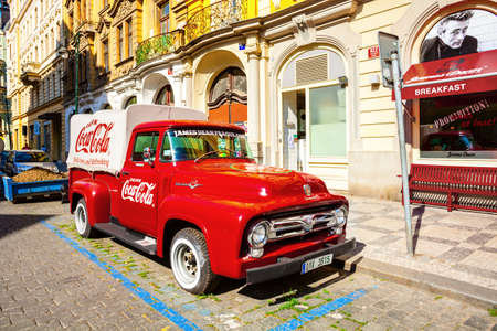 Photo pour PRAGUE, CZECH REPUBLIC - JUNE 15, 2017: A retro pickup Ford F-100 (1956 model year), red Coca cola truck, F-Series naming scheme would remain in place to the present day, in Czech Republic on June 15, 2017 - image libre de droit