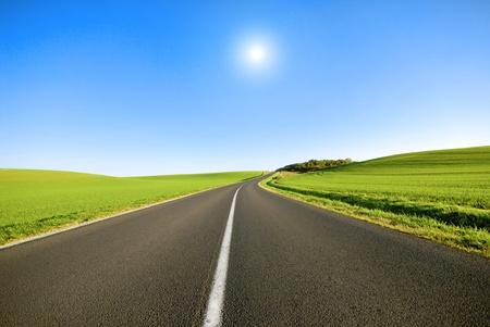 Foto de An empty road with a white line down the middle. - Imagen libre de derechos