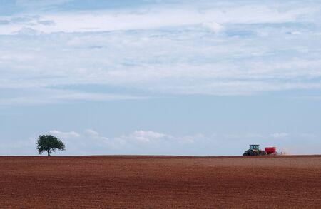 un tracteur au travail dans les champs