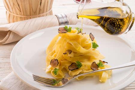 Photo pour tagliatelle with summer truffle - image libre de droit