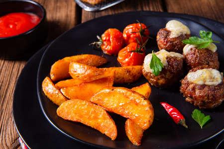 Photo pour Meatballs with potato quarter from the oven - image libre de droit