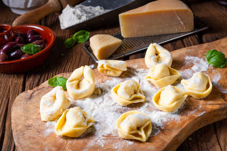 Photo pour Delicious tortellini di formaggio with cheese and pepper filling - image libre de droit