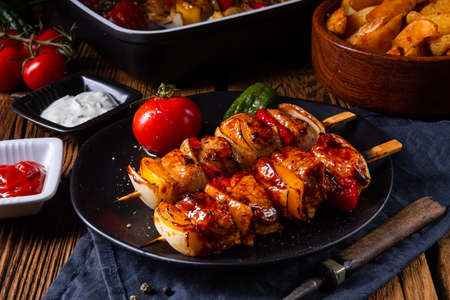 Photo pour marinated kebab skewers with meat and vegetables - image libre de droit