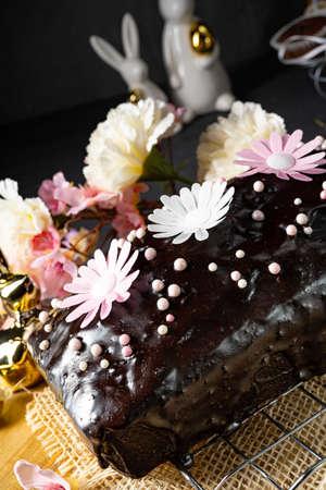 Photo pour Delicious Easter homemade chocolate cake - image libre de droit