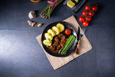 Photo pour dumplings with beef goulash and green asparagus - image libre de droit