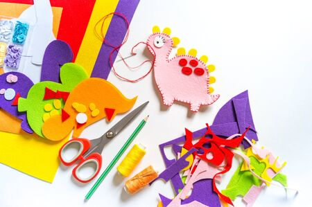 Foto de Craft from felt instruction for creating a dinosaur toy. Material for creativity.Favorite cozy hobby - Imagen libre de derechos