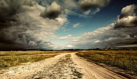 Foto de country road leading to the church - Imagen libre de derechos