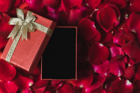 Photo pour Red gift box Placed on red rose petals Top view, valentine's day theme - image libre de droit