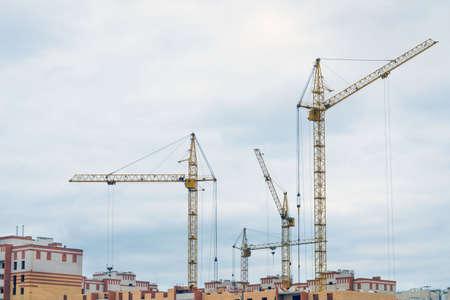 Photo pour construction cranes construction of houses - image libre de droit