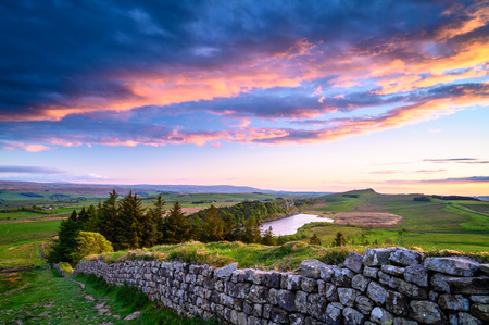 Foto de Crag Lough and Hadrian's Wall at Sunset, a  popular with walkers along the Hadrian's Wall Path and Pennine Way - Imagen libre de derechos