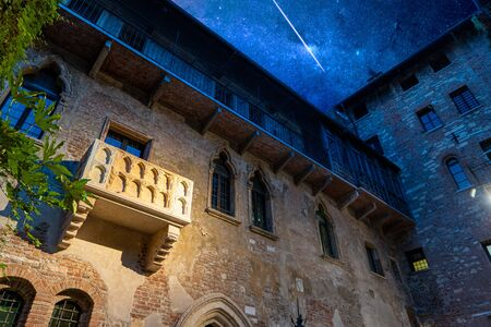 Photo pour This is the original balcony of Shakespeare's characters, Romeo and Juliet in the center of the city of Verona, Italy - image libre de droit