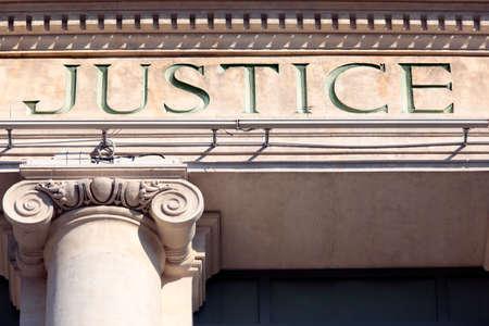 Photo pour Justice sign on a Courtroom Building. - image libre de droit