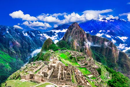 Photo pour Machu Picchu, Cusco, Peru: Overview of the lost inca city Machu Picchu, agriculture terraces and Wayna Picchu, peak in the background - image libre de droit