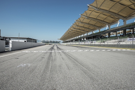 Foto de Empty background of racing track with grandstands - Imagen libre de derechos