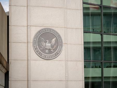 Photo pour United States Securities and Exchange commission SEC logo on entrance of DC building near H street - image libre de droit