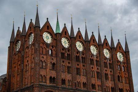 Photo pour The facade of the famous town hall of Stralsund - image libre de droit