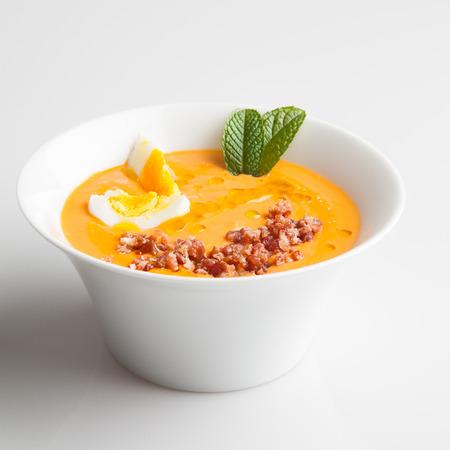 Foto de Bowl of salmorejo, a spanish creamy tomato soup - Imagen libre de derechos