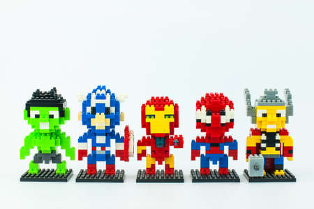 Photo pour BANGKOK, THAILAND - MAY 12, 2017 : MARVEL AVENGER Characters  Micro Blocks, HULK CAPTAIN AMERICA IRONMAN SPIDER MAN THOR in Isolated White Background - image libre de droit