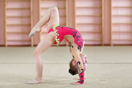 Photo pour Young girl doing gymnastics in the gym. - image libre de droit