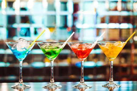 Foto de Multicolored cocktails at the bar. bartender show - Imagen libre de derechos