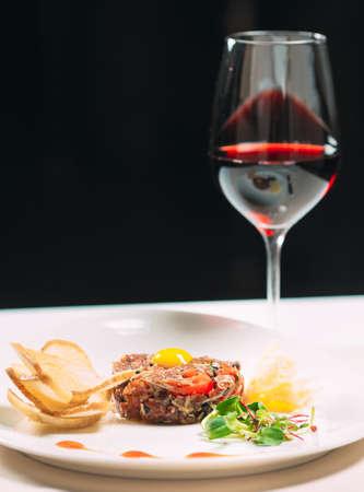 Photo pour Tartar dish in the restaurant on the white plate - image libre de droit