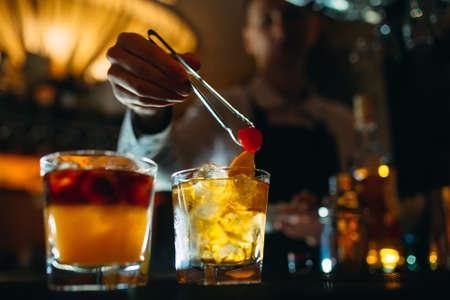 Photo pour The bartender prepares cocktails at the bar. - image libre de droit