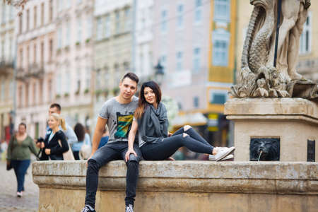 Foto de couple posing on the streets of a European city in summer weather. - Imagen libre de derechos