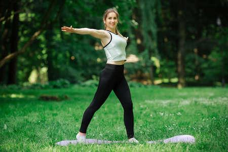 Foto de healthy lifestyle, girl playing sports,. She is in sportswear - Imagen libre de derechos