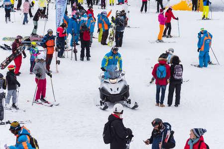 Foto de Bansko, Bulgaria - February 14, 2020: Winter ski resort Bansko, ski slope, people skiing and mountains view. - Imagen libre de derechos