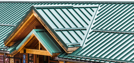 Foto per Green Metal Roof on an old Wood Building - Immagine Royalty Free