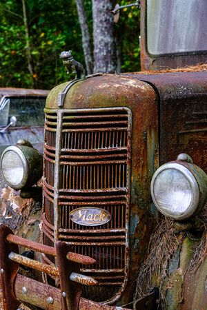 Foto de Grill of Old Mack Truck - Imagen libre de derechos