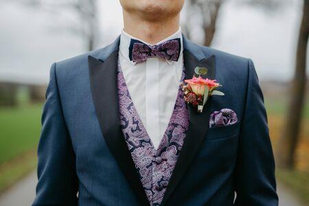 Photo pour Groom wearing a bow tie at a wedding - image libre de droit