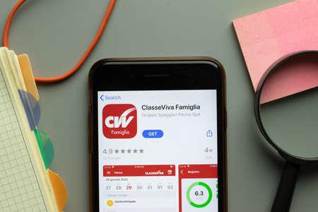 Foto per New York, USA - 26 October 2020: ClasseViva Famiglia mobile app logo on phone screen close up, Illustrative Editorial. - Immagine Royalty Free
