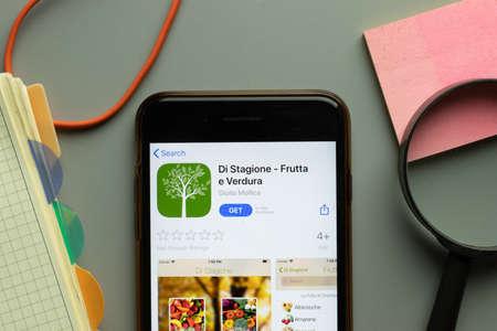 Foto per New York, USA - 26 October 2020: Di Stagione Frutta e Verdura mobile app logo on phone screen close up, Illustrative Editorial. - Immagine Royalty Free